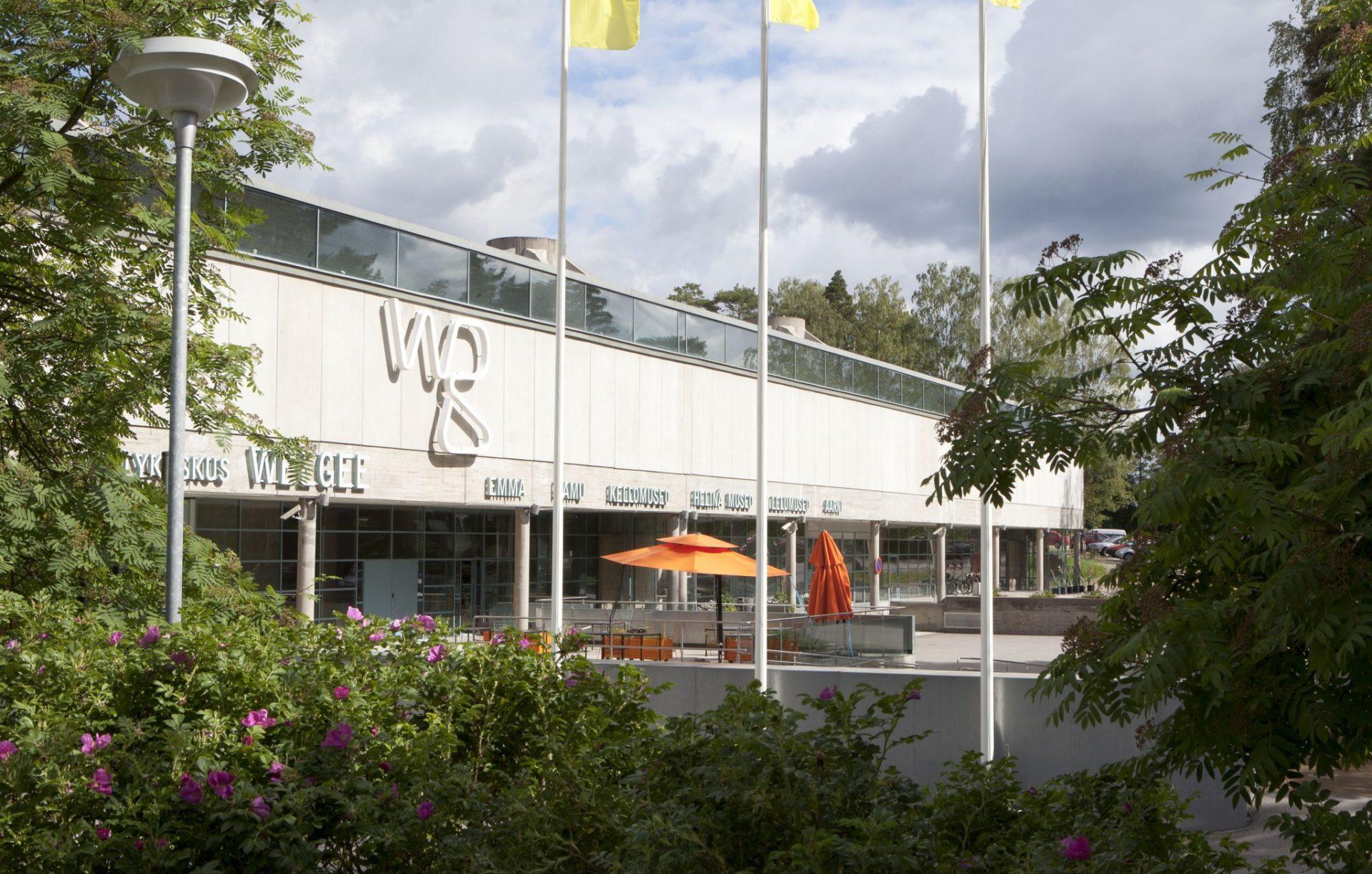 Kuva EMMA-museosta ulkoapäin, museota reunustaa vihreät puut.